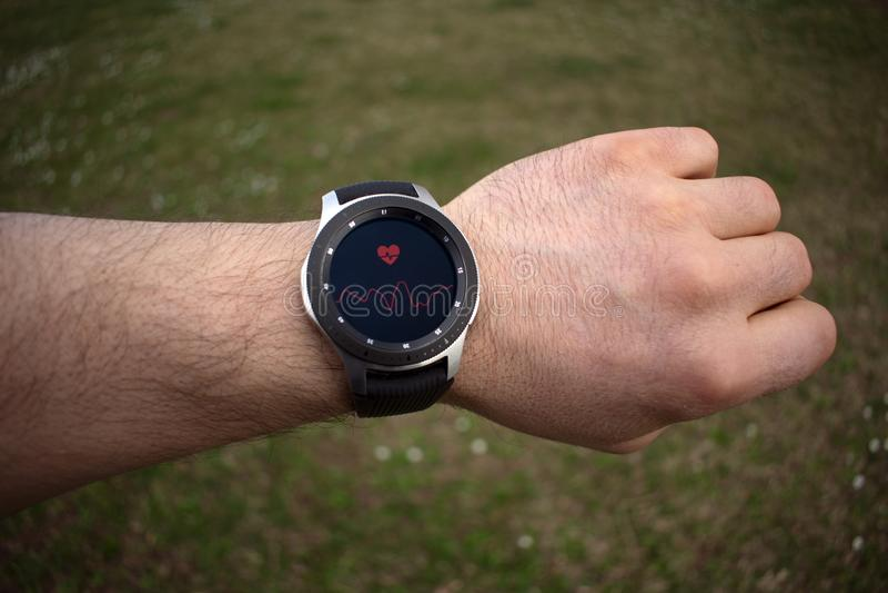 SSmartwatch sur la fréquence cardiaque de mesure de la main d'un homme images libres de droits