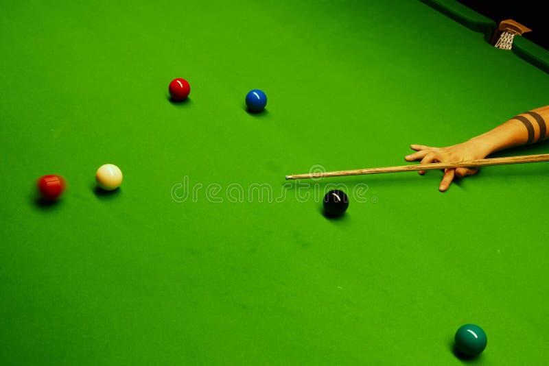SSnooker tabell och bollar med att slå för spelare royaltyfri foto
