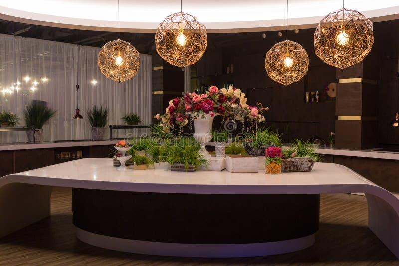 Stół pięknie dekoruje z kwiatami Nad stół, round świecznik fotografia stock