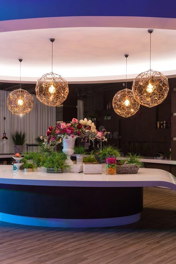Stół pięknie dekoruje z kwiatami Nad stół, round świecznik obrazy royalty free