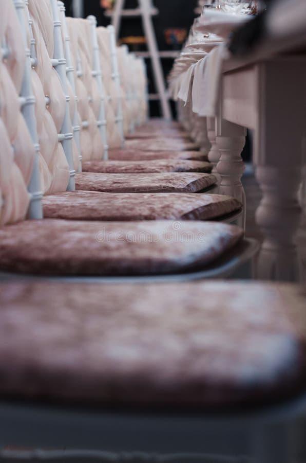 Stühle in der Linie stockfotos