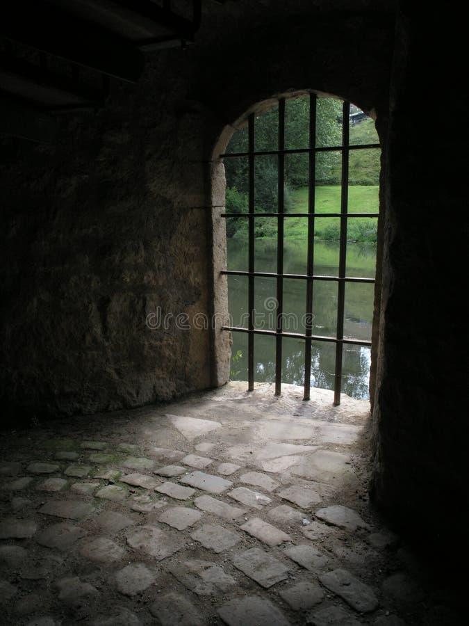Stäbe eines alten Gefängnisses stockbild