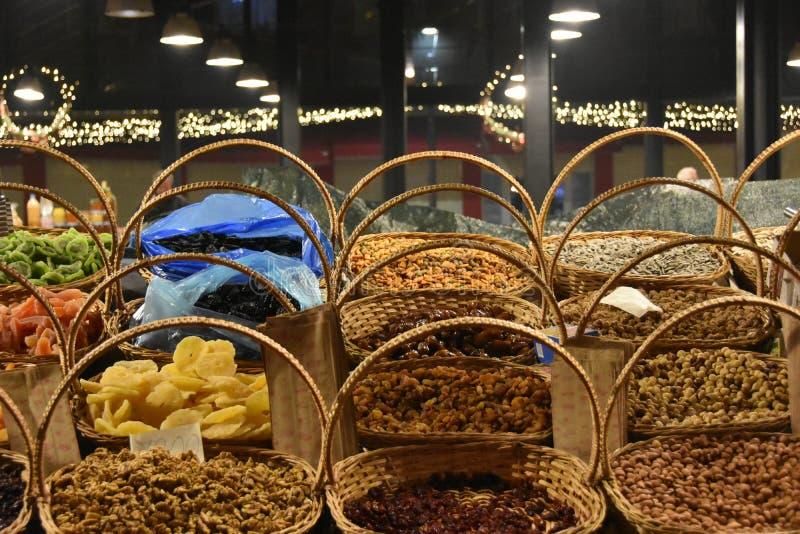 Städa upp de torra frukter som säljs på marknaden i Tirana i Albanien royaltyfri fotografi