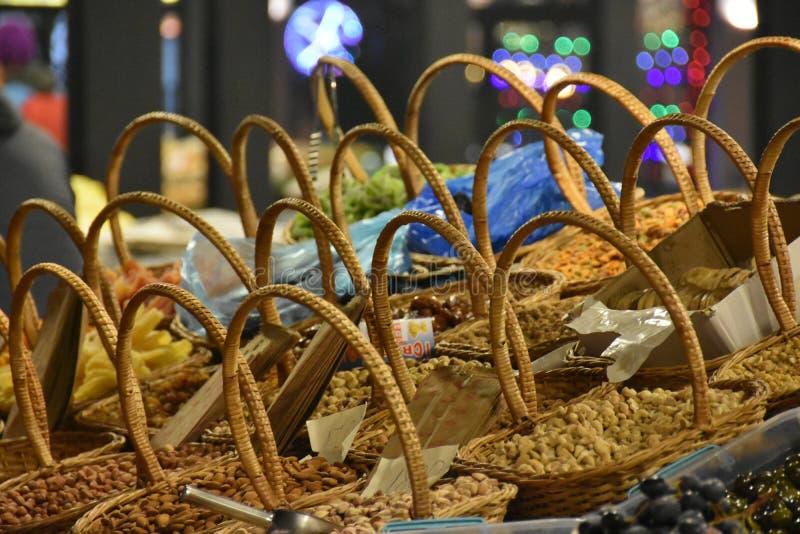 Städa upp de torra frukter som säljs på marknaden i Tirana i Albanien fotografering för bildbyråer