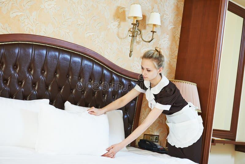 Städerskakvinna på hotellservice arkivbilder