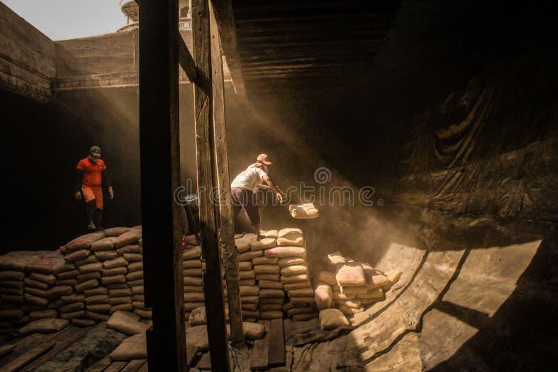 Städtische Arbeitskräfte am Hafen von Sunda Kelapa, Jakarta, Indonesien lizenzfreies stockbild