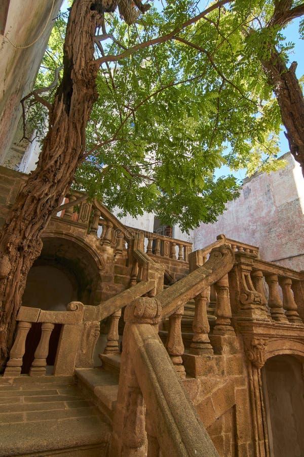 Städtische Bibliothek Eintrittstagen an einem hellen sonnigen Herbsttag Gallipoli Puglia Italien stockfotografie