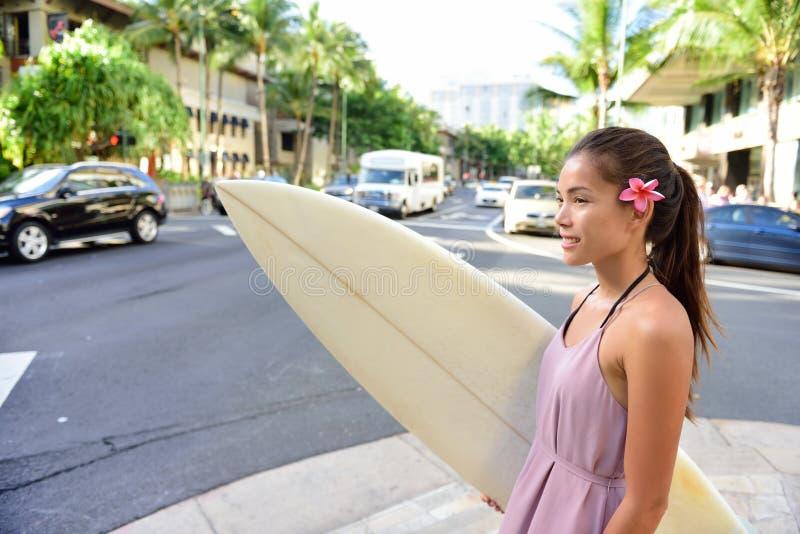 Städtische Brandung - gehendes Surfen des Surfermädchens in Waikiki lizenzfreies stockfoto