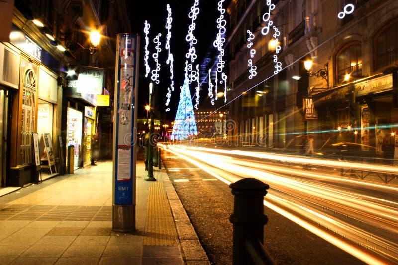 Städtische Fotografie: Madrid-Bushaltestelle zur Weihnachtszeit stockfotos