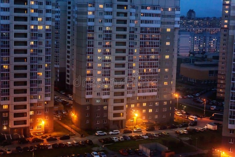 Städtische Gebäude nachts lizenzfreies stockbild