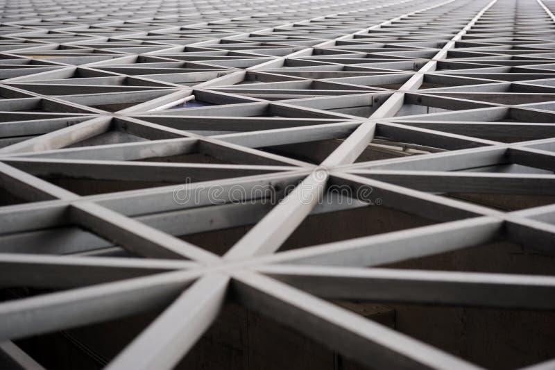 Städtische Geometrie, moderne Architektur Schwarzweiss Großer Metallbau stockbild