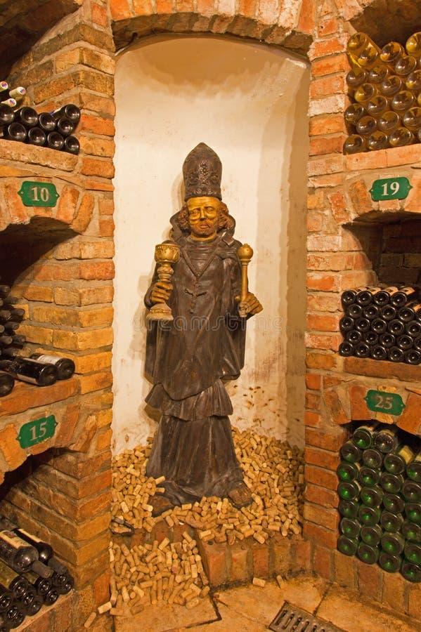 Städtische geschnitzte Statue des Heiligen vom Innenraum des Weinkellers stockfotografie