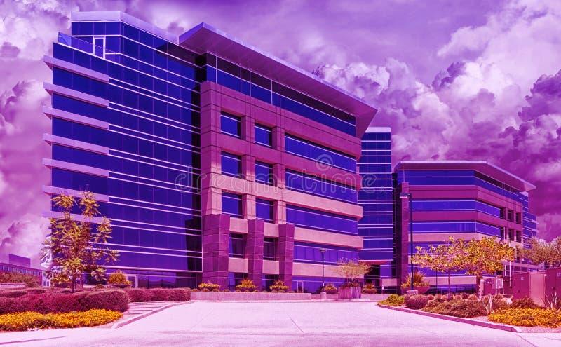 Städtische im Stadtzentrum gelegene Skyline-moderne Gebäude in einem purpurroten Dunst lizenzfreie stockbilder