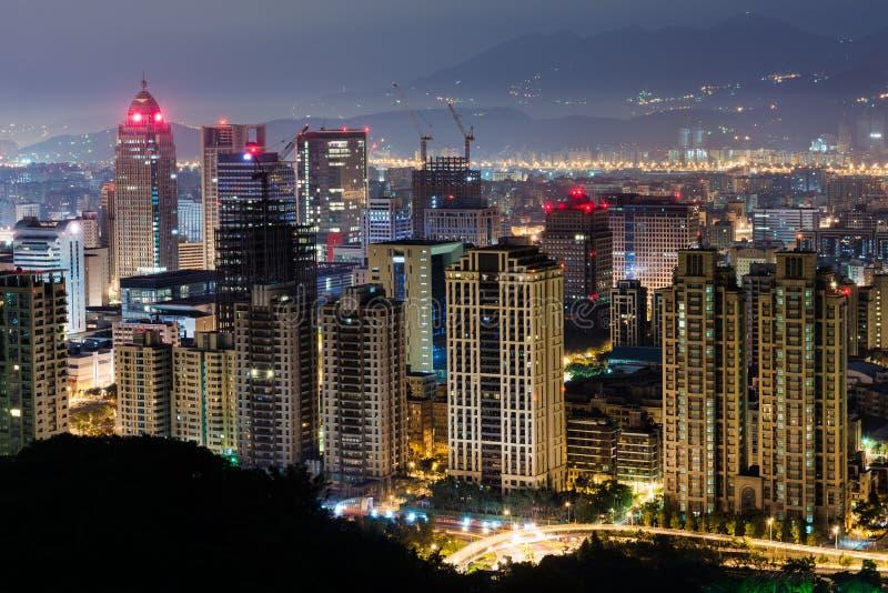 Städtische Landschaft in der Nacht stockbild