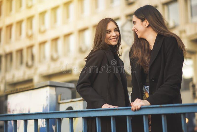 Städtische Mädchen, die hinunter die Straße gehen stockbild