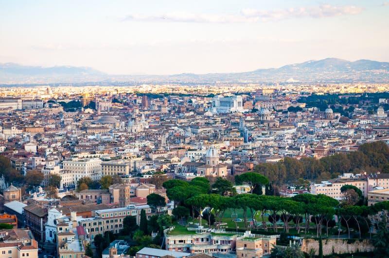 Städtische Skylineansicht Rom-Stadtbilds von oben mit vielen Geschichte, Künsten, Religion und Architektur stockfotografie