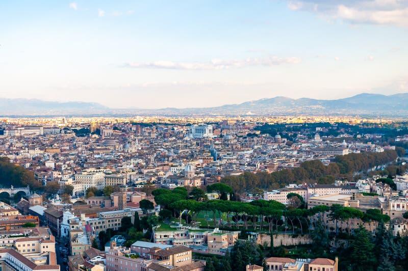 Städtische Skylineansicht Rom-Stadtbilds von oben mit vielen Geschichte, Künsten, Religion und Architektur lizenzfreie stockfotos