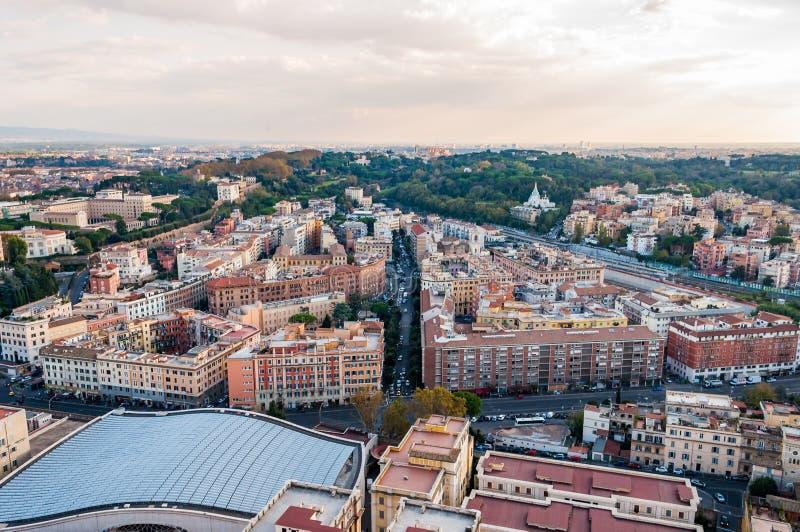 Städtische Skylineansicht Rom-Stadtbilds von oben mit vielen Geschichte, Künsten, Religion und Architektur stockbild
