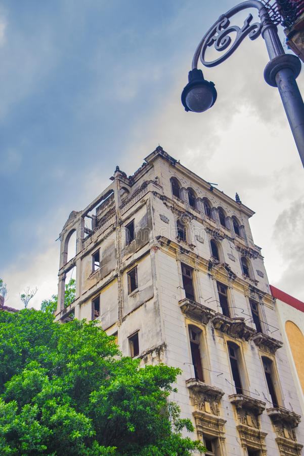Städtische Szene mit dem Zerbröckeln des Kolonialgebäudes in altem Havana, Kuba lizenzfreie stockbilder