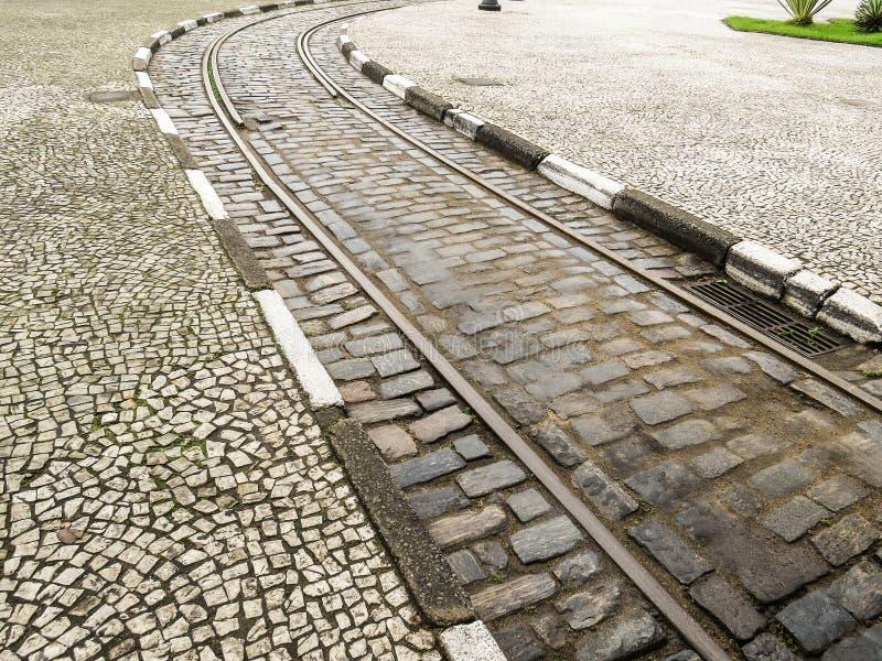 Städtische Trambahn in der Pflasterstraße stockfoto