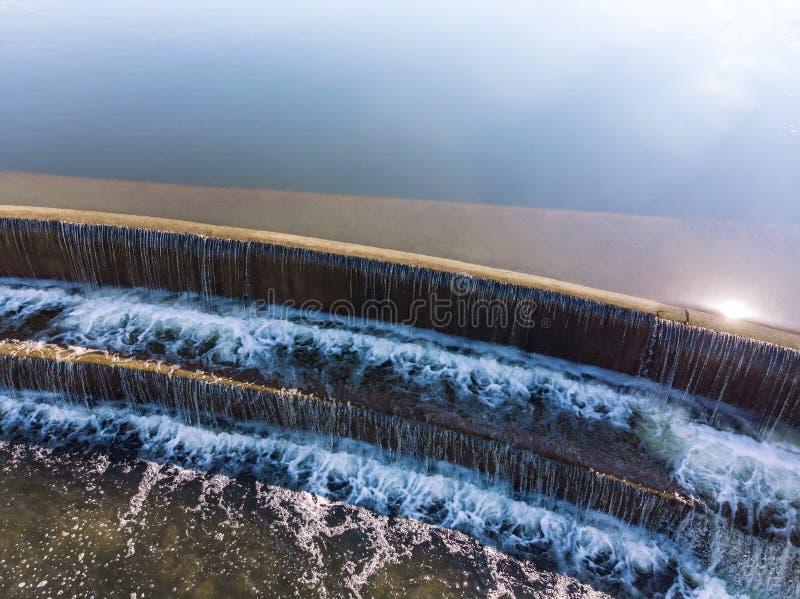 Städtische Wasserfallvogelperspektive lizenzfreie stockbilder