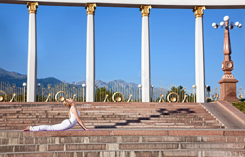 Städtische Yoga bhujangasana Kobrahaltung stockbild