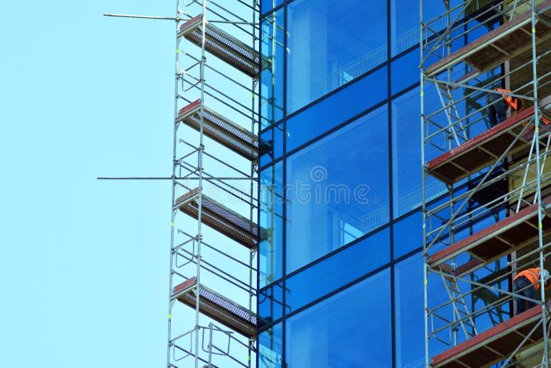 Städtischer abstrakter Hintergrund, Detail der modernen Glasfassade, Bürogeschäftsgebäude stockbilder