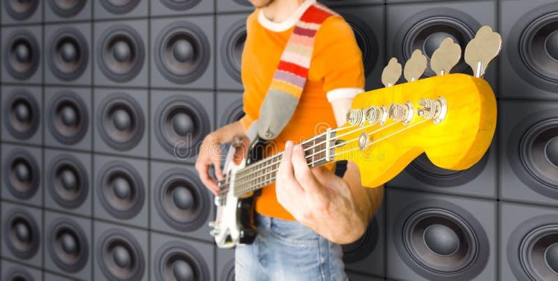 Städtischer Baß-Gitarren-Spieler stockfotografie