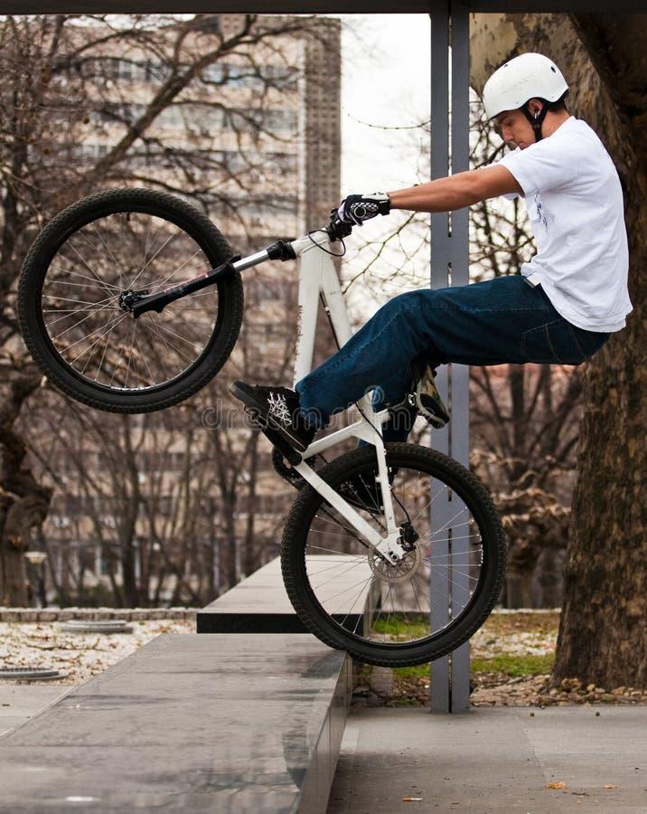 Städtischer Fahrradtrick stockfoto