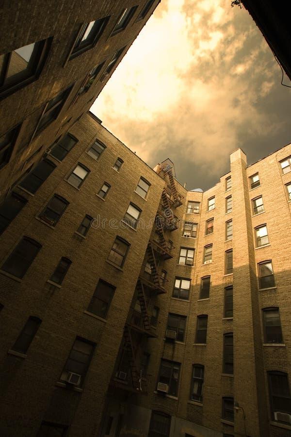 Städtischer Gebäudehof stockfoto