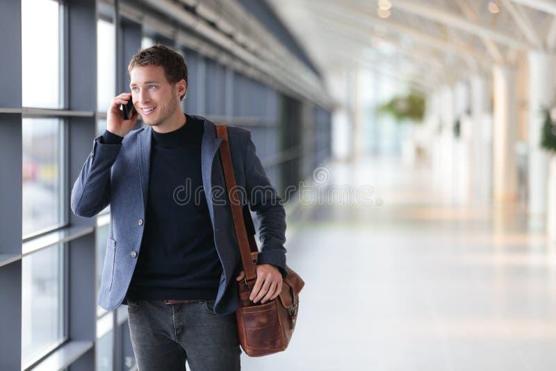 Städtischer Geschäftsmann, der am intelligenten Telefon spricht stockbild