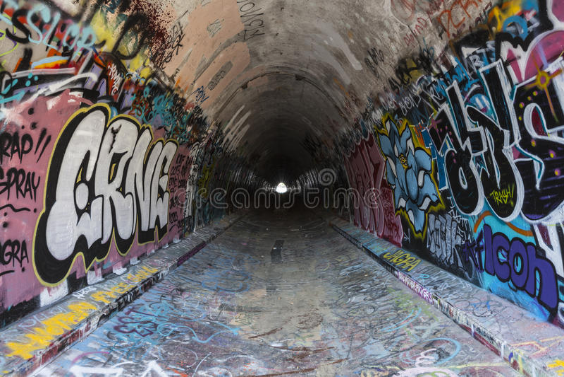 Städtischer Graffiti-Tunnel lizenzfreies stockbild