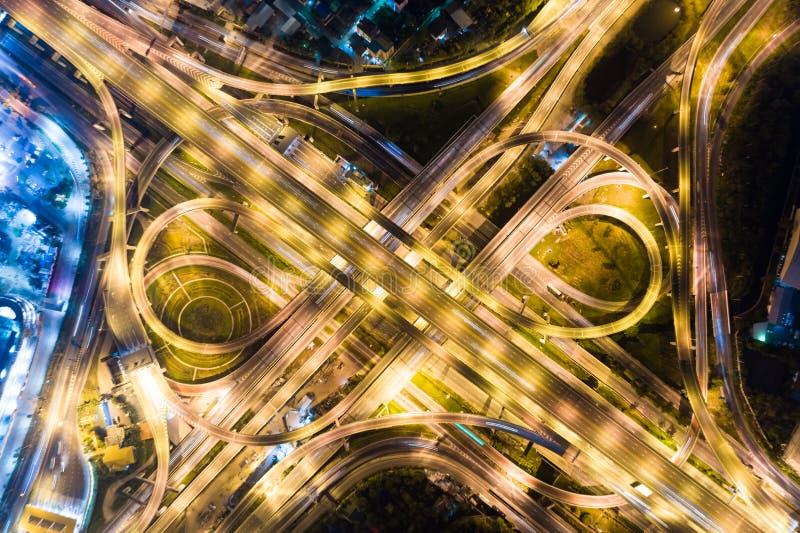 Städtischer Nachtverkehr mit Draufsicht des Fahrzeuglichtes lizenzfreies stockfoto