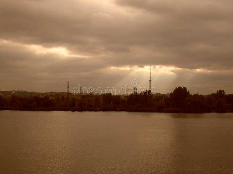 Städtischer See im Herbst, Wasserverschmutzung, Herbsthimmel stockfotografie
