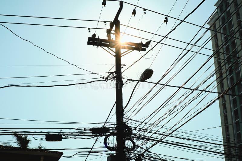 Städtischer Szenen-Strom Pole mit Drähten und Kabeln bei Sonnenuntergang stockbilder