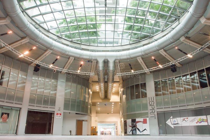 Städtisches Design des Einkaufszentrums innerhalb der Gasometer, ehemalige Gasbehälter lizenzfreie stockbilder