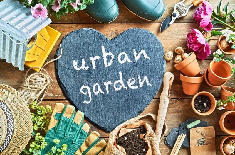 Städtisches Gartenkonzept handgeschrieben auf einem Schieferherzen stockfotos
