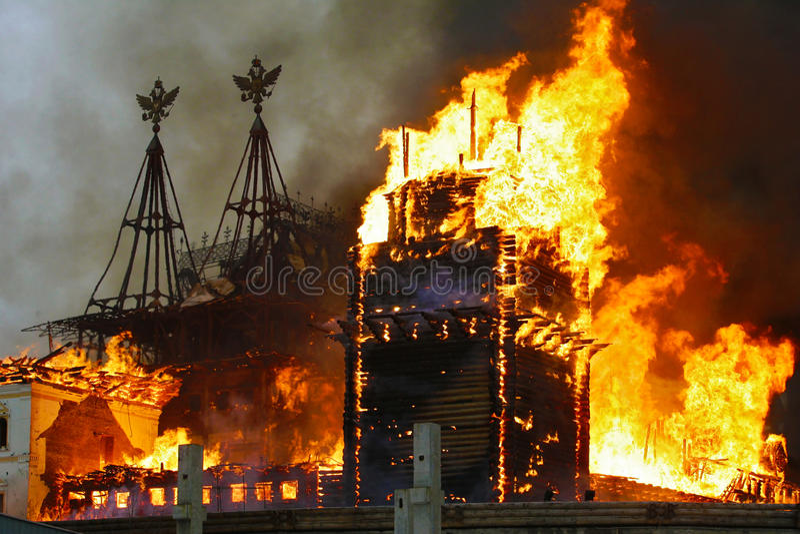 Städtisches Gebäude auf Feuer stockbild