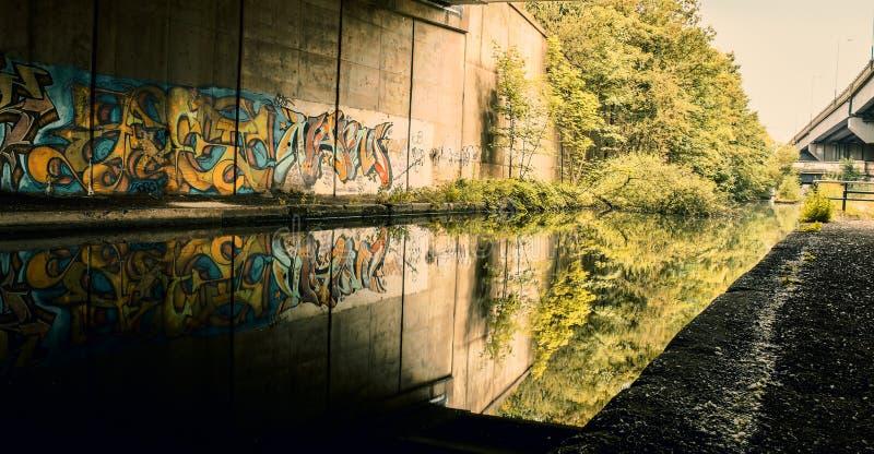 Städtisches Graffti bedeckte Wand stockfotos