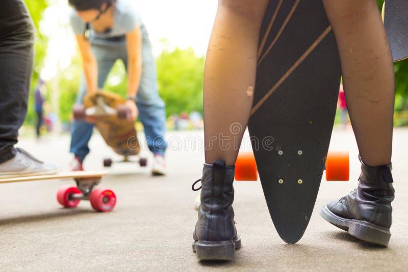Städtisches langes Brettreiten der Jugendlichen stockbild