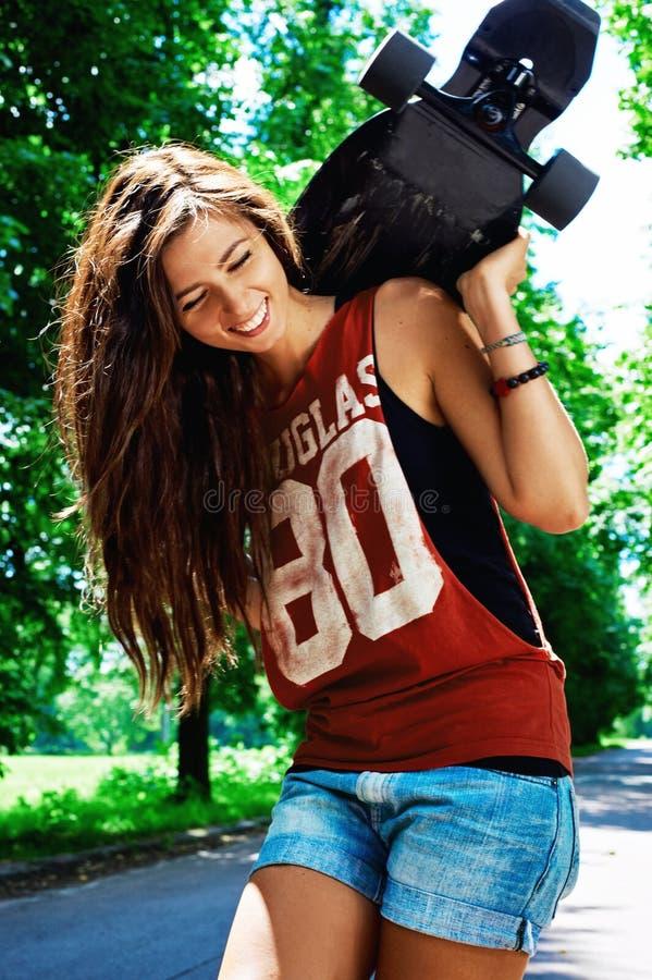 Städtisches Mädchen mit longboard stockfotos