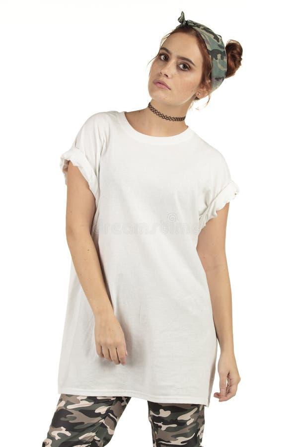 Städtisches Mädchen streetwear Modell in der Tarnung und in einem großen weißen leeren T-Shirt stockbilder