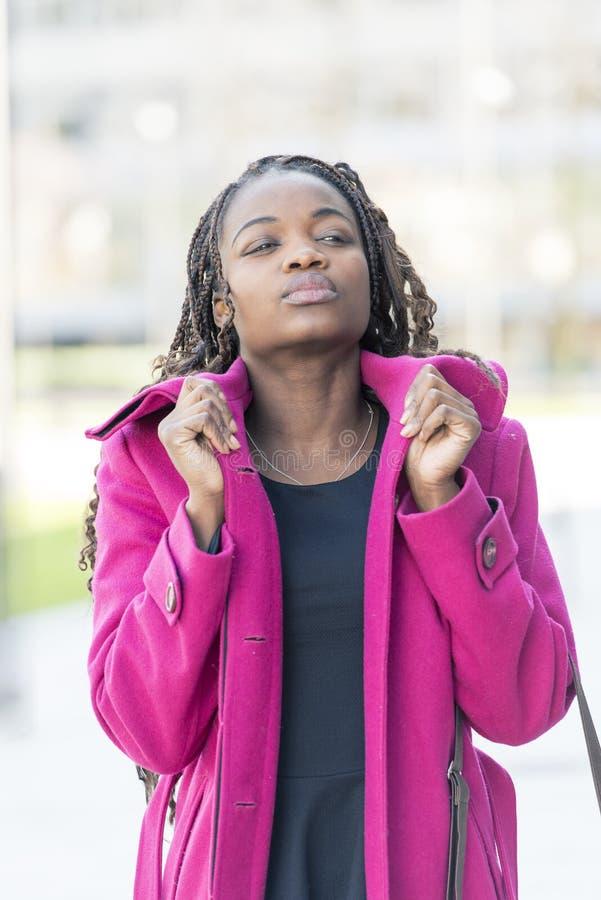 Städtisches Porträt der optimistischen schönen afrikanischen Frau im stre stockbild
