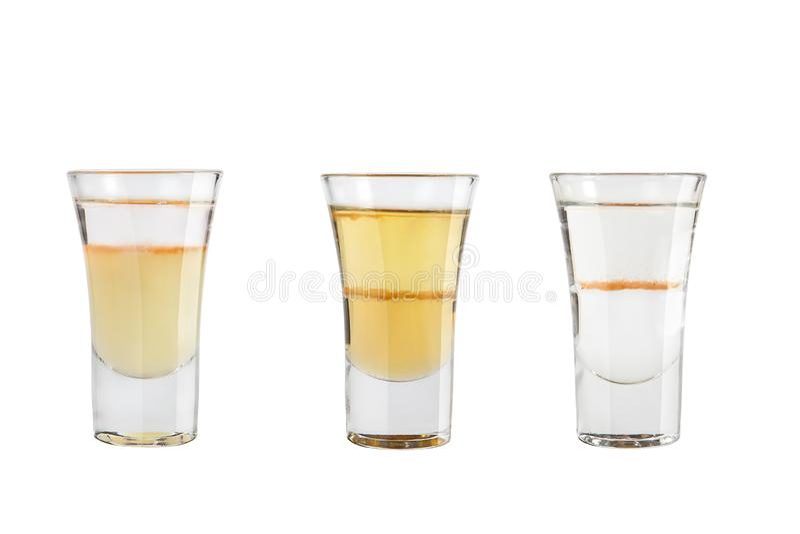 Ställ in av alkoholskott på en vit bakgrund Stark alkohol för tre skott royaltyfri foto