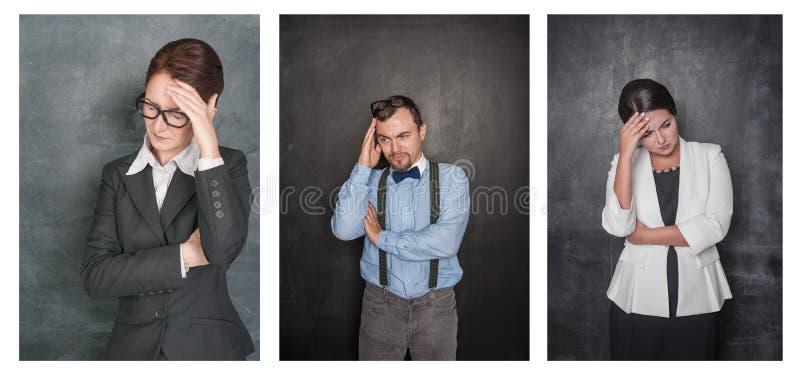 Ställ in av allvarliga lärare med huvudvärk på svart tavla arkivfoton