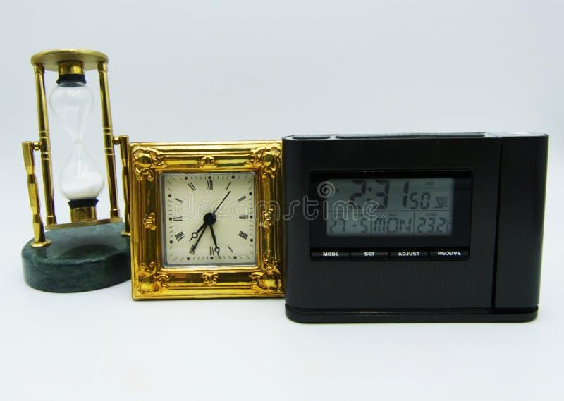 Ställ in av apparater för att mäta tid på vit bakgrund royaltyfri fotografi