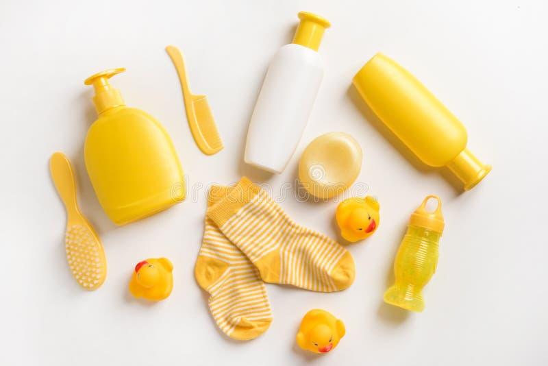 Ställ in av badskönhetsmedel och behandla som ett barn sockor på vit bakgrund fotografering för bildbyråer