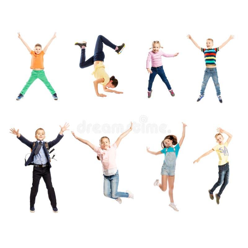 Ställ in av bilder av att hoppa barn av den olika åldern Isolerat ?ver vitbakgrund arkivbild
