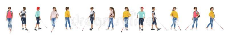 Ställ in av blinda barn med långt gå för rottingar royaltyfri foto
