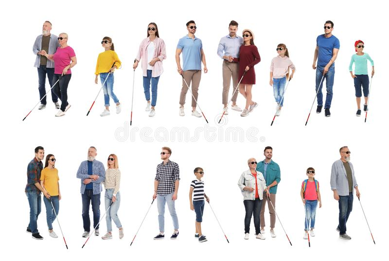 Ställ in av blint folk med långa rottingar på vit arkivbild